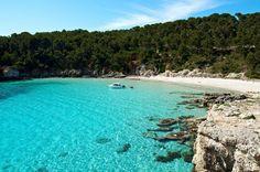 Cala Escorxada es una hermosa cala situada en el sur de Menorca, entre Trebaluger y Binigaus. No tiene acceso por carretera, por lo que es ideal si buscan un poco de tranquilidad o incluso hacer nudismo.