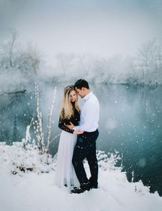 Winter photo shoot. snowy pictures - engagement pictures in the snow. www.deidrelynnphotography.com