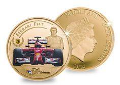 """Kimi Räikkönen on F1-historian menestyksekkäimpiä suomalaiskuljettajia: maailmanmestaruus Ferrarilla vuonna 2007 ja 20 osakilpailuvoittoa. Kultarahaan on kuvattu Kimin Ferrari #7 kaudella 2014–15, tietenkin hehkuvan punaisena. Vierellä hymyilee oma """"jäämiehemme"""" Ferrarin ajohaalareissa."""