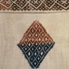 Motiv:      Detalj av linduk. Ullbroderi i smøyg fra Voss.  Historikk:      Eierskap:      1977  Identifikasjonsnr.:      NF.34001-004  Eier:      Norsk Folkemuseum