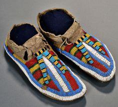Мокасины, Лакота. (?) Период 1870-х. (?) American Indian & Ethnographic Arts - 2893B.  Бостон. Май 06, 2016.  Skinner.