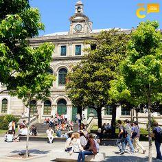 En los días de sol, #ACoruña ofrece numerosos espacios para disfrutar al aire libre #visitacoruña #PlazaPontevedra Villas, Mansions, House Styles, Sun, Santiago De Compostela, Community, Spaces, Tourism, Cities