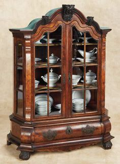 De Kleine Wereld Museum of Lier: 81 Superb English Doll-Sized Burled Walnut Cabinet with Velvet-Edged Shelving
