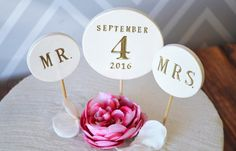 PERSONALIZED Round Wedding Cake Topper with Date and by Susabellas #weddingcaketopper