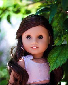 dolls Peeking around a corner of leaves. Original American Girl Dolls, Ropa American Girl, American Girl Doll Costumes, Custom American Girl Dolls, American Girl Doll Pictures, American Doll Clothes, Girl Doll Clothes, Custom Dolls, Barbie Clothes