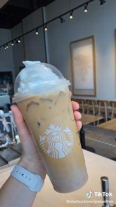 Bebidas Do Starbucks, Healthy Starbucks Drinks, Starbucks Secret Menu Drinks, Starbucks Coffee, Yummy Drinks, Starbucks Iced White Mocha Recipe, Coffee Drink Recipes, Coffee Drinks, Rainbow Food