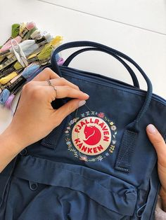 Fjallraven Kanken (Navy) Embroidered Backpack, Customizable Kanken, backpack embroidery, floral backpack, Kanken aesthetic - New Ideas Mochila Kanken, Backpack Outfit, Floral Backpack, Kånken Rucksack, Kanken Backpack, Aesthetic Backpack, Bee Embroidery, Cute Backpacks, Workout Exercises