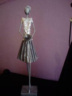 Em jornal African Dolls, African American Dolls, African Art, Newspaper Crafts, Old Newspaper, Rolled Paper Art, Paper Mache Crafts, Paper Jewelry, Paper Straws