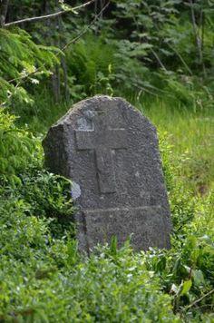 Der Gedenkstein aus Granit im Gemeindewald erinnert ans schwere Verbrechen. Die Inschrift ist in polnischer und deutscher Sprache.