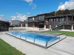 Retractable pool cover CORONA can easily be manupulated thanks to its guide rails.