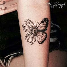 The reason why everyone has small sunflower and butterfly tattoos . - The reason why everyone loves small sunflower and butterfly tattoos Wörter Tattoos, Bild Tattoos, Love Tattoos, Beautiful Tattoos, Body Art Tattoos, Small Tattoos, Tattoos For Women, Tatoos, Awesome Tattoos