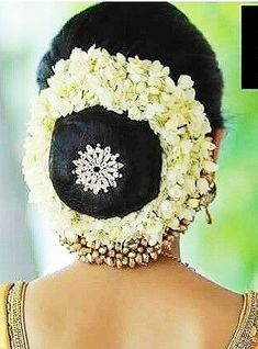 17 trendy indian bridal hairstyles with flowers low buns Indian Bridal Hairstyles, Bride Hairstyles, Bridal Hair Buns, Bridal Shower Tables, Indian Flowers, Vintage Rose Gold, Shower Outfits, Bridal Headpieces, Flowers In Hair