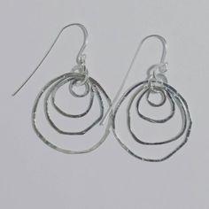 Mira este artículo en mi tienda de Etsy: https://www.etsy.com/listing/291736593/hammered-circles-hoop-earrings-925