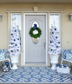 Frosty Blue And White Christmas Décor Ideas Blue and white aren't definitely a traditional color combo for Christmas décor but this is a great way to stand out, besides blue and white are symbolic for winter, they remind of frozen lakes and snow White Christmas Garland, Silver Christmas Decorations, Christmas Front Doors, Silver Christmas Tree, Christmas Lanterns, Christmas Porch, Christmas Wreaths, Christmas Ideas, Christmas Crafts