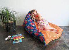 It's not the first pouf or floor cushion I sew but it's definitely the easiest project! You basically just need to sew 4 triangles together! I made it for my kids. They can use wherever…