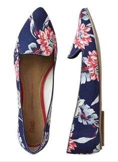 Gap Floral Printed Pointy Flats - navy floral by: Gap Chic Chic, Cute Shoes, Me Too Shoes, Gap Shoes, Fancy Shoes, Women's Shoes, Look Fashion, Fashion Shoes, Fall Fashion