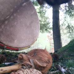 Frühmorgens unterwegs im Wald mit meiner schamanischen Trommel 🌳. Der Schleier der unsichtbaren Welt hebt sich. Das Gespräch mit der geistigen Welt beginnt. . .