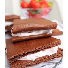 Auf dem Blog gibt es heute das Rezept für diese leckeren Schokoladen-Erdbeerschnitten 😍