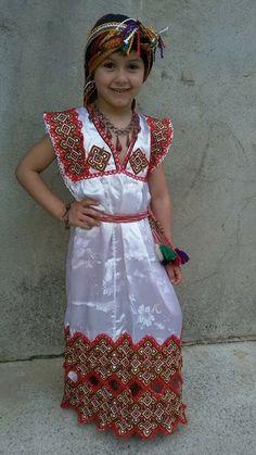 Petite fille en robe kabyle photos