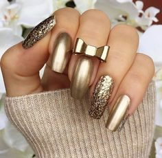 GOLD Nails As the new year has begin, So you probably looking for some new nail art inspiration. New Year's Nails, New Nail Art, Fun Nails, Hair And Nails, Nails For New Years, New Years Nail Art, Chic Nails, Metallic Nails, Gold Nails
