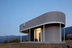 Southern Highlands House, Barragorang Valley, Australia by Benn & Penna Architects