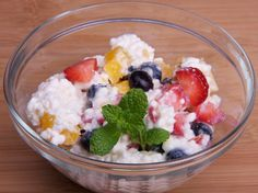 Easy high-protein, low-carb snack: cottage cheese and fruit. Healthy Protein Snacks, High Protein Recipes, Diet Snacks, Healthy Snacks For Kids, Low Carb Recipes, Healthy Eating, Fruit Snacks, Fun Fruit, Healthy Food