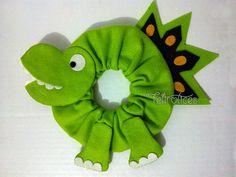 Dinossauro para Lente de Câmera Camera Lens, Scrunchies, Baby Photos, Puppets, Photo Props, Crochet Baby, Dinosaur Stuffed Animal, Projects, Crafts