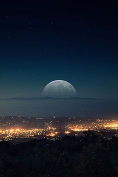 Find images and videos about beautiful, sky and night on We Heart It - the app to get lost in what you love. Beautiful Moon, Beautiful World, Beautiful Images, Beautiful Scenery, Ligne D Horizon, Shoot The Moon, Moon Pictures, Random Pictures, Amazing Pictures