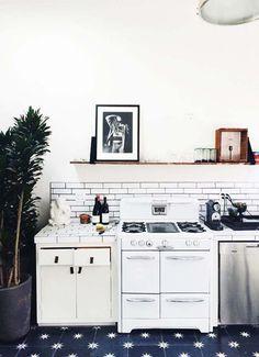 Keltainen talo rannalla: Modernia ja keittiöitä