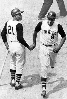 May 1968 at Wrigley Field: Hall of Famer Willie Stargell went 5 for with 7 RBIs, including 3 home runs, a double and a single. A stunned Roberto Clemente is seen giving Pops major props. Roberto Clemente, Best Baseball Player, Better Baseball, Pirates Baseball, Baseball Field, Baseball Wall, Dodgers Baseball, Cardinals Baseball, Baseball Cards