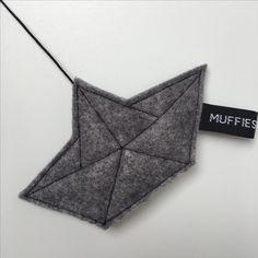 Muziekmobiel WALVIS - boxmobiel - Muffie & Snuffie - vilt - babykamer - kinderkamer - handgemaakt - papieren bootje - baby - zwanger - kraamkado