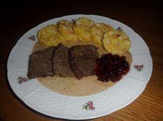 Jelenie mäso s brusnicami a varenými knedličkami