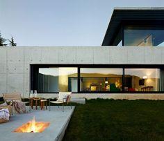 Sur les rives du Minho en Espagne se situe cette splendide maison contemporaine réalisée par l'architecte Quico Jorreto. Idéalement construite sur une pente vallonnée, la résidence compte une belle superficie avec, à l'extérieur, une piscine à débordement, une terrasse, un solarium et un parking.