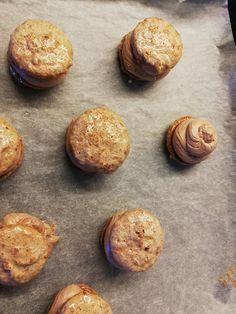 Ατομικά σοκολατένια γλυκάκια με σιροπιασμένο μπισκότο & βουτυρόκρεμα Muffin, Breakfast, Food, Morning Coffee, Meals, Muffins, Yemek, Morning Breakfast, Eten
