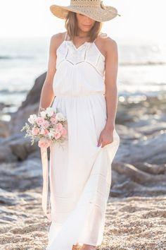 Beach bride with pink bouquet por magia photography. Beach Wedding Bouquets, Beach Wedding Attire, Lace Beach Wedding Dress, Beach Wedding Reception, Beach Wedding Invitations, Wedding Seating, Wedding Dresses, Pink Bouquet, Bridal Session