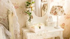 table with mirror and flowers in provence style Cottage Style Decor, Cottage Chic, Molduras Vintage, Shabby Chic Beach, Provence Style, Cottages By The Sea, White Cottage, Home Living, Relax