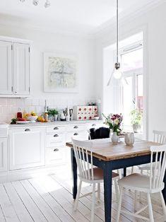 cuisine de style rustique avec une table en bois et chaises