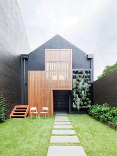 fachada de casa com jardim vertical