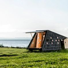 É possível aliar o gosto pela natureza e pelo hiking com a apreciação de uma bela arquitetura? Sim e estes abrigos públicos na Dinamarca podem provar! Camping Glamping, Need A Vacation, Resort Style, Prefab, Denmark, Outdoor Gear, Seaside, Tiny House, Tent