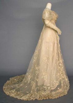 LACE WEDDING GOWN, PARIS, c. 1910 : Lot 178