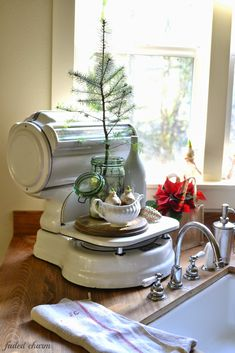 Faded Charm: ~Holiday Home Tour Vintage Kitchenware, Vintage Kitchen Decor, Old Scales, Cottage Kitchens, Grey Kitchens, Antique Interior, Farmhouse Chic, Vintage Farmhouse, Shabby Vintage
