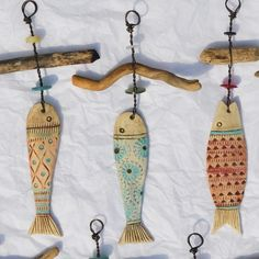 Make from clay? Ceramic Fish And Driftwood hangers. You could use the driftwood hangars for ornaments. Driftwood Projects, Driftwood Art, Clay Projects, Clay Crafts, Arts And Crafts, Seashell Crafts, Beach Crafts, Ceramic Pottery, Ceramic Art