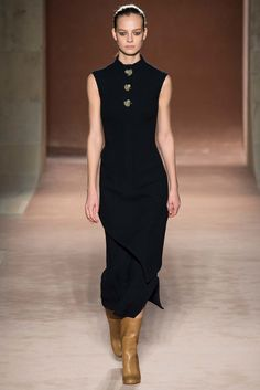 Victoria Beckham Resort 2015, Look 1: - For modern minimalists, a tailored sheath is given a throwback vibe through oversize tortoiseshell buttons.