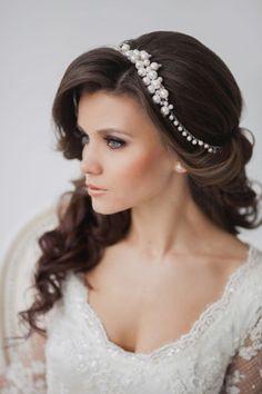 coiffure mariage cheveux longs et ondulés sur le côté et frange crêpée