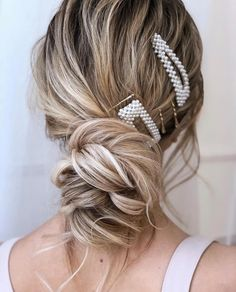 Loose updo with pearl hair clips Clip Hairstyles, Prom Hairstyles For Long Hair, Teenage Hairstyles, Wedding Hairstyles, Hairstyles Videos, Bridal Bun, Loose Updo, Pearl Hair, Hair Accessories For Women