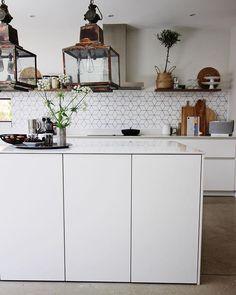 Scandi white kitchen with concrete floors Kitchen Furniture, Kitchen Decor, Minimal Kitchen Design, Kitchen Views, Cook Up A Storm, Family Kitchen, Interior Inspiration, Interior Ideas, Concrete Floors