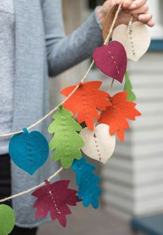DIY Fall Leaf Decor Projects If you are a fan of pretty fall leaves and DIY fall crafts, join us and check out these fall leaves decorations! Fall leaf crafts are easy for kids too! Autumn Leaves Craft, Fall Leaf Garland, Diy Christmas Garland, Felt Garland, Autumn Crafts, Diy Garland, Felt Ornaments, Holiday Crafts, Fall Leaves
