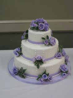 Lilac Roses Wedding Cake My first wedding cake! Lilac gumpaste roses (they show blue in the pic), fondant, vainilla cake with strawberry. Wedding Cake Roses, Purple Wedding Cakes, Elegant Wedding Cakes, Beautiful Wedding Cakes, Beautiful Cakes, Amazing Cakes, Creative Cake Decorating, Cake Decorating Techniques, Wedding Cake Decorations