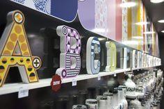As letras decorativas da We são em madeira, pintadas e com aplicação de adesivo estampado na parte da frente.