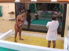Na agitada madrugada desta sexta-feira (28), Angelis decidiu tomar um delicioso banho ao lado de Manoella. A mineira venceu mais uma Roça, desta vez foi Natália que disse adeus ao jogo